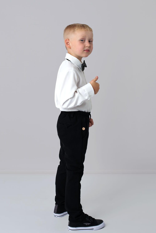 koszula i czarne spodnie chlopiec